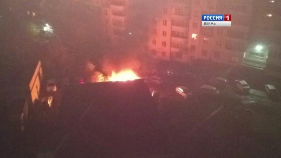 ВПерми наулице Юрша ночью после взрыва сгорел автомобиль