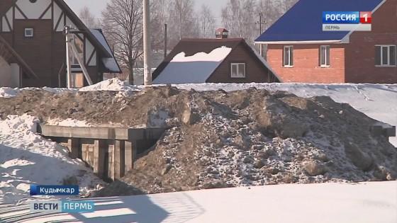 В городской пруд Кудымкара сбросили тонны опасного снега
