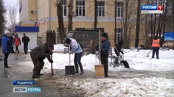 Кудымкар спасали из снежного плена
