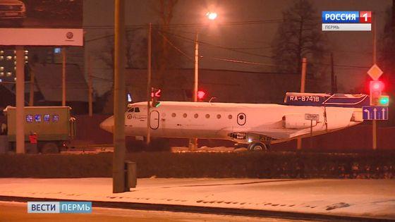 По улицам Перми провезли самолет ЯК-40
