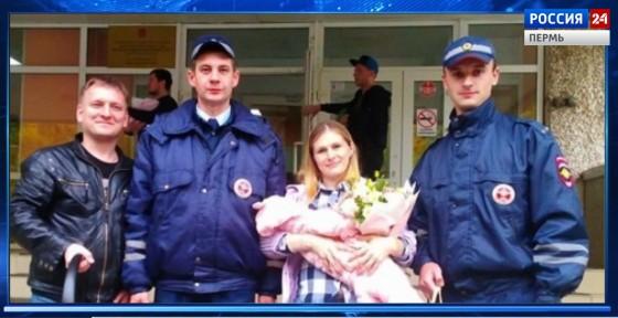 Полицейские подарили новорожденной автолюльку