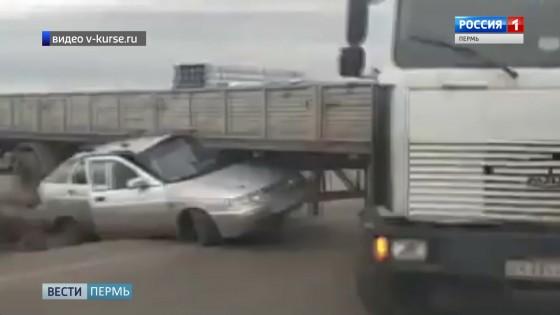 На трассе Пермь-Екатеринбург легковушка столкнулась с фурой