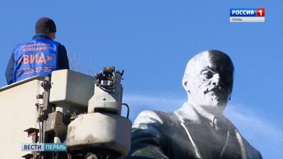 Зрелищная процедура: в Перми помыли памятники Ленину и Татищеву