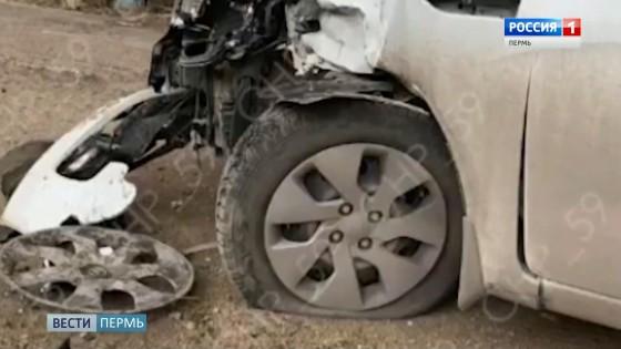 В Перми водитель сбил пешеходов, протаранил 4 машины и скрылся с места ДТП