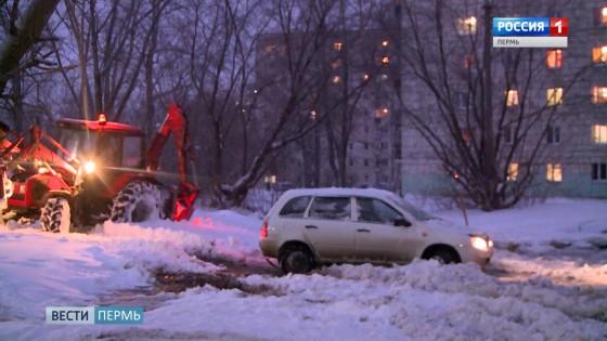Улицу Солдатова залило водой из неисправного пожарного гидранта