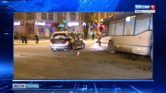 В Перми две иномарки столкнулись с пассажирским автобусом