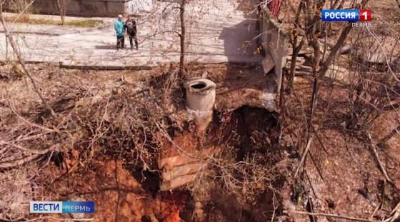 Многоэтажка сползает в лог: когда укрепят размытый после коммунальной аварии склон?