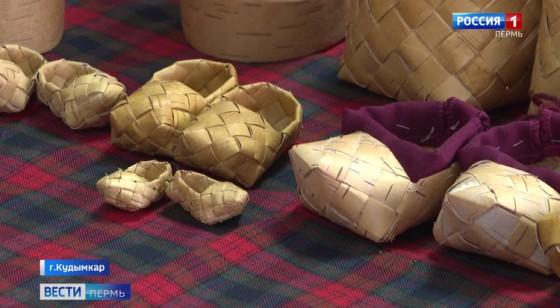 Антистресс: в доме престарелых в Кудымкаре осваивают плетение из бересты