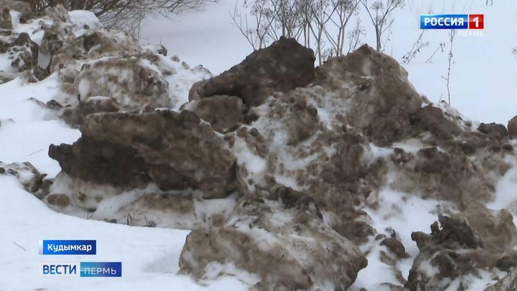 В Кудымкаре берег реки Олыч завалили грязным снегом