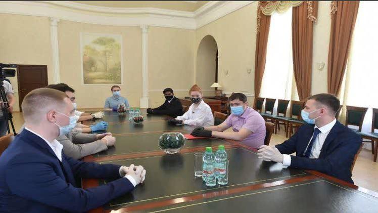 Дмитрий Махонин встретился в волонтёрами-медиками