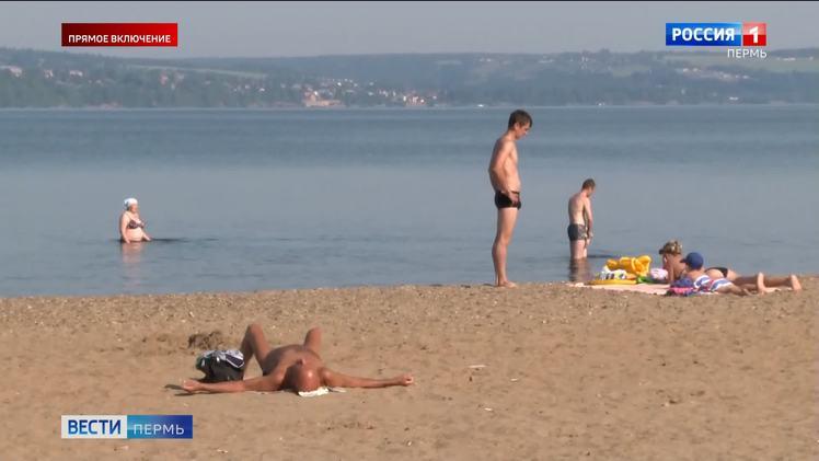Пермяки спасаются от жары на закрытых пляжах