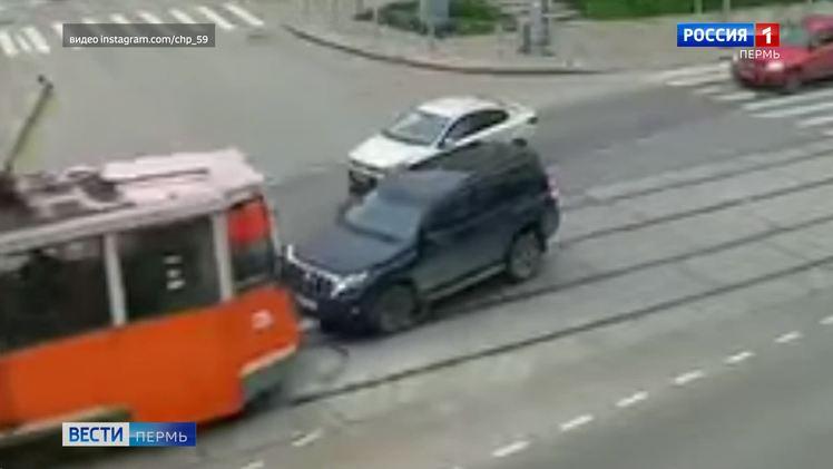 В Сети появилось видео ДТП с участием трамвая и внедорожника