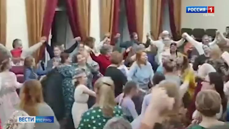Водили хороводы: участников концерта обвинили в нарушении ограничений