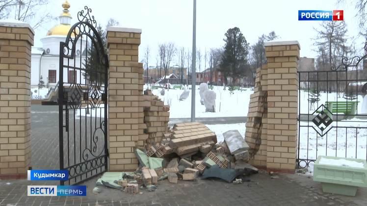 В Кудымкаре лихач протаранил кирпичную ограду парка