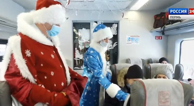 Дед Мороз и Снегурочка поздравили пассажиров пермских электричек