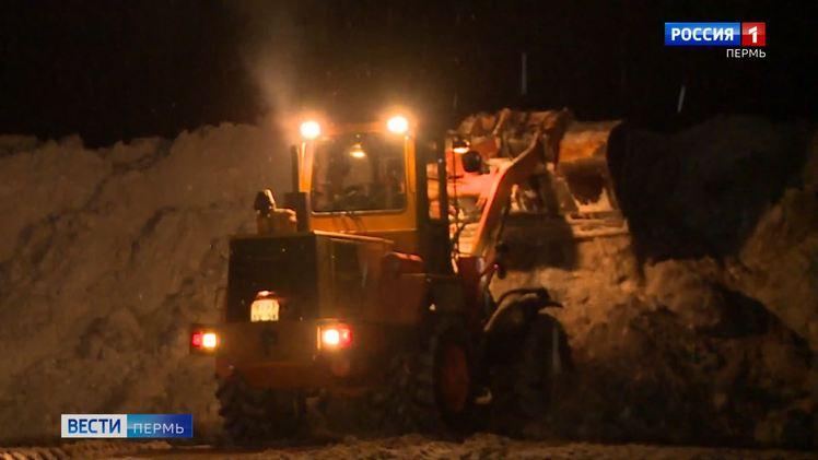 Выше только горы: в Перми усилена работа по уборке и вывозу снега