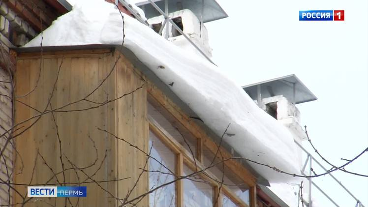 Собственникам квартир напоминают о необходимости уборки снега с козырьков балконов