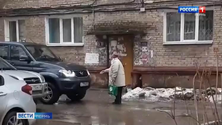 """""""Я не пойду по грязи!"""" Пермская пенсионерка вступила в противоборство с внедорожником"""